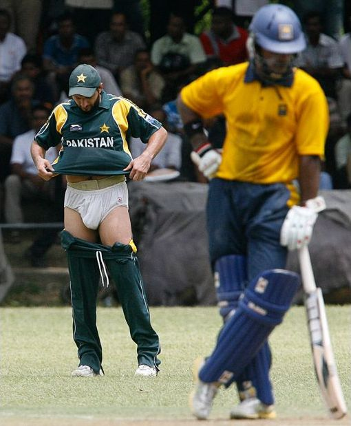 Funny Shahid Afridi Showing his Underwear Â« Funny Cricket Pictures ...